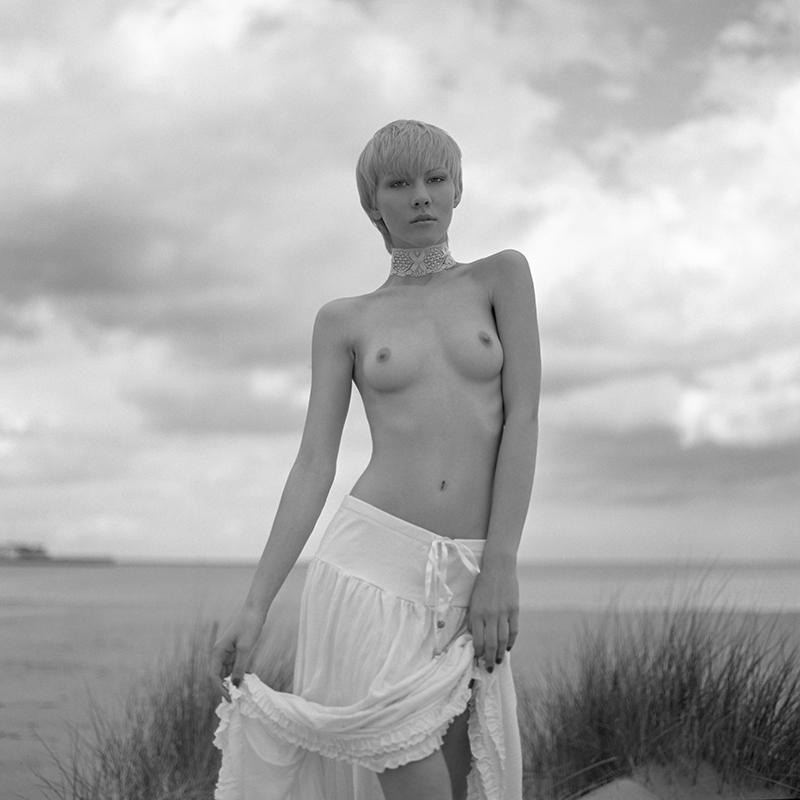 polska, poland, analog, hasselblad 203FE, modelka, Ninoveron, akt, nude, Magda, Bronx, plener, plaża, beach, piasek