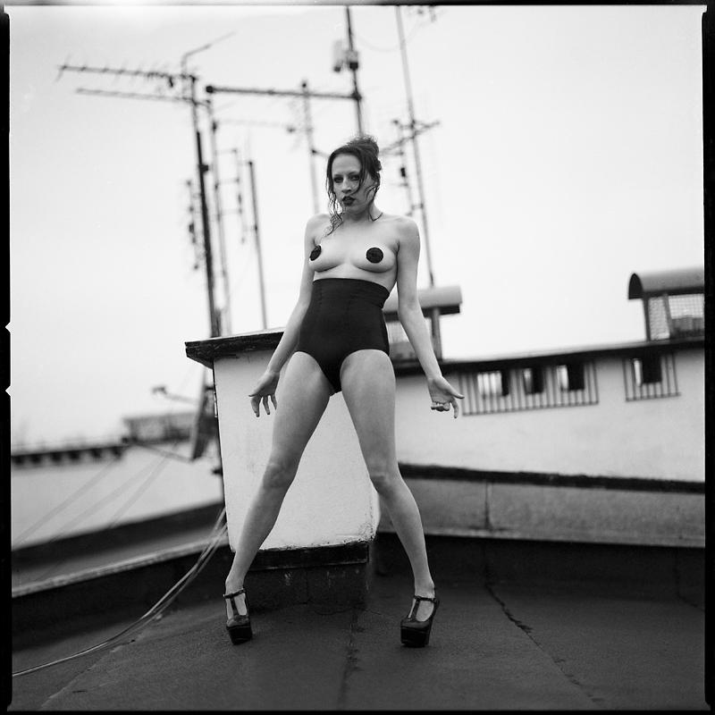 Akt, analog, hasselblad 203FE, modelka, Ninoveron, nude, dach, plener, Kasia, Brudna Hara