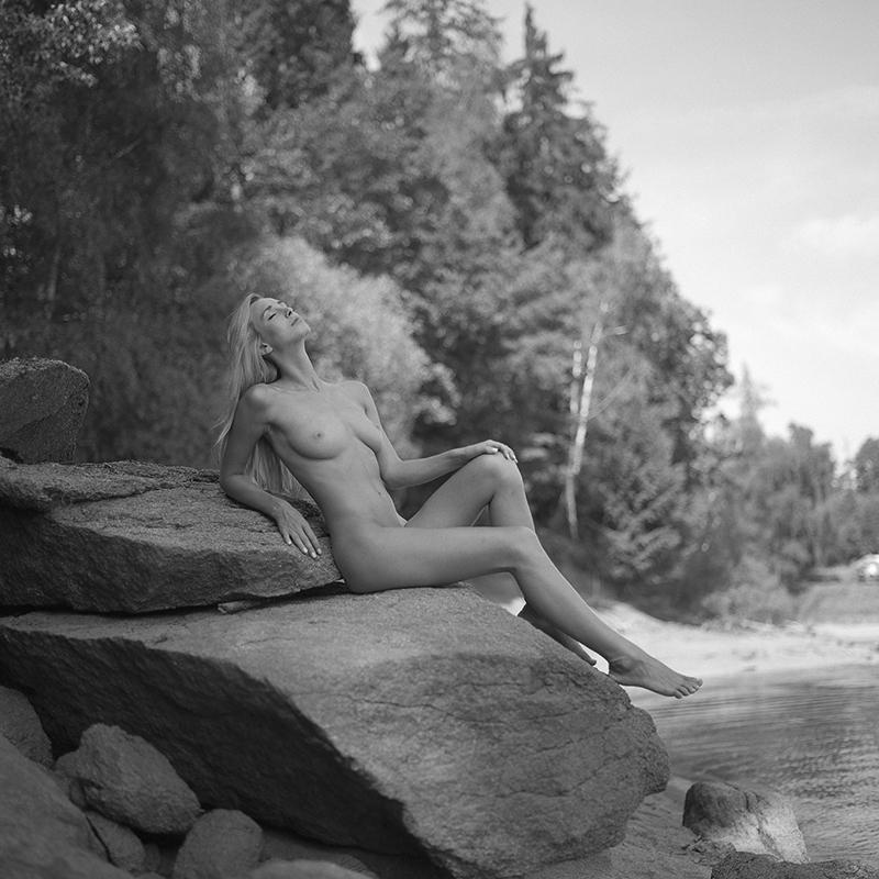Akt, analog, plaża, hasselblad 203FE, modelka, Ninoveron, nude, rzeka, river, Czech Republic, skały, Dominika, Coxy, Dominika Coxy Jandlova