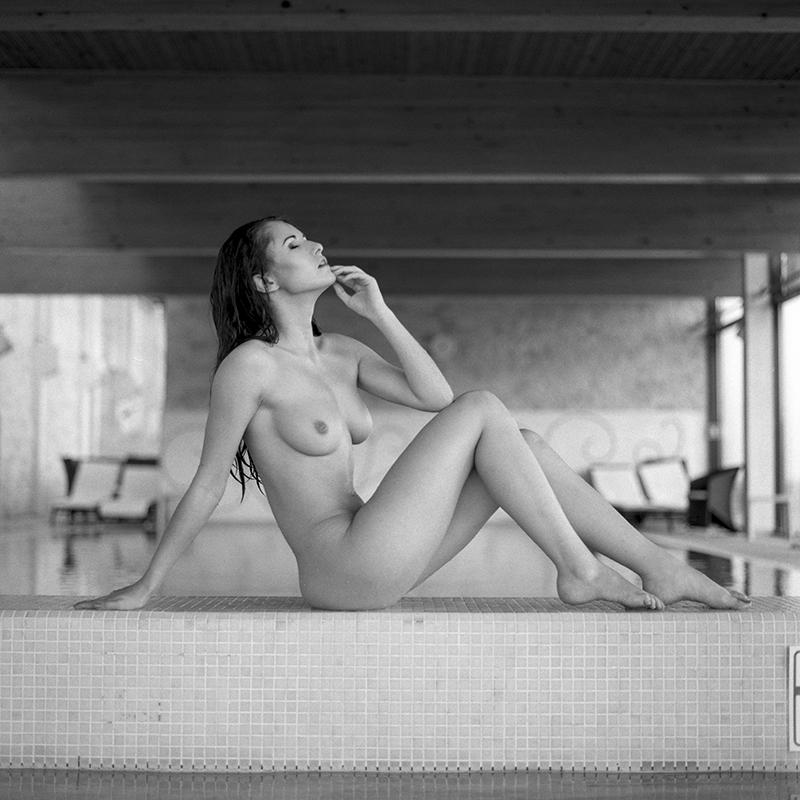 polska, poland, analog, hasselblad 203FE, modelka, Ninoveron, akt, nude, Marta, wnętrza, Hotel Fajkier, basen, Enigma, Enigma89