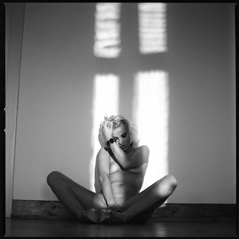 Akt, analog, hasselblad 203FE, modelka, Ninoveron, nude, Studio, wnętrza, fetish, nylony, stopy, Lena, Ladymania