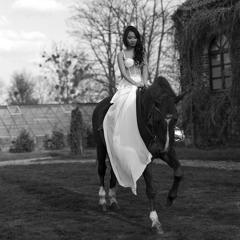 polska, analog, hasselblad 203FE, modelka, Ninoveron, portret, portrait, fashion, Lisa , Lisa Nguyen, plener, Dworek, koń, horse