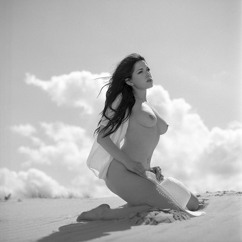 polska, poland, analog, hasselblad 203FE, modelka, Ninoveron, akt, nude, Michellecter, plener, plaża, beach, piasek, spadochron, wydmy