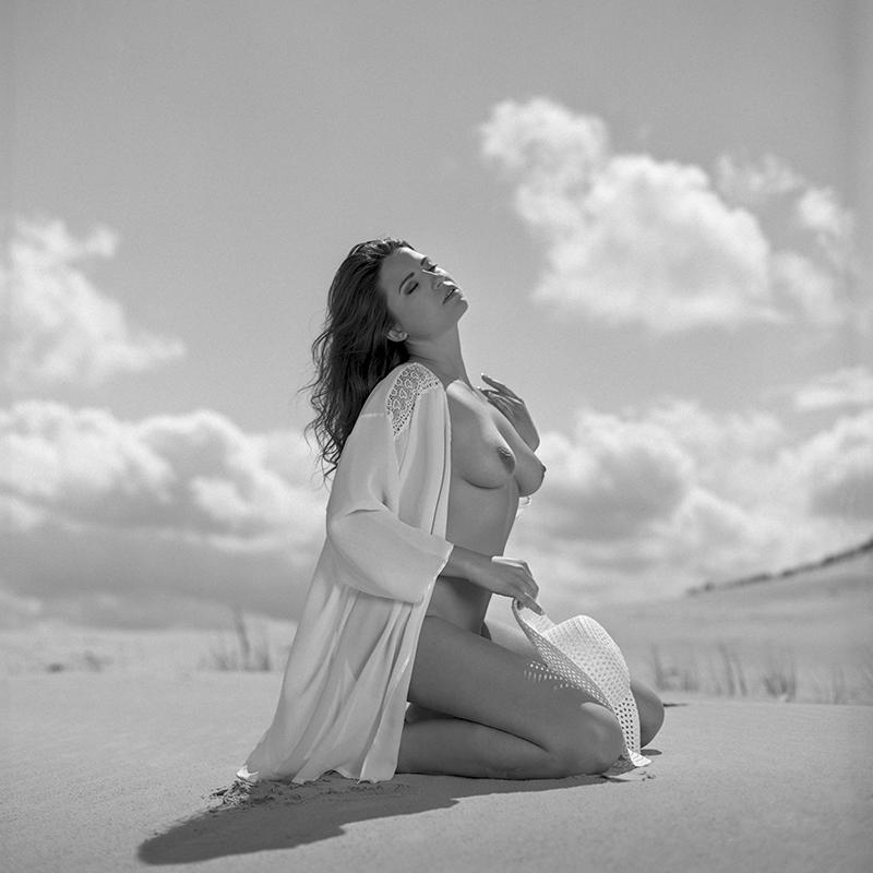 polska, poland, analog, hasselblad 203FE, modelka, Ninoveron, akt, nude, Magda, plener, plaża, beach, piasek, spadochron, wydmy